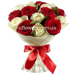 Красные и белые розы 15 шт.